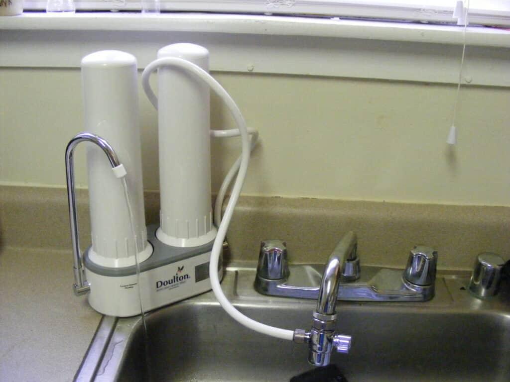 How do countertop water filters work