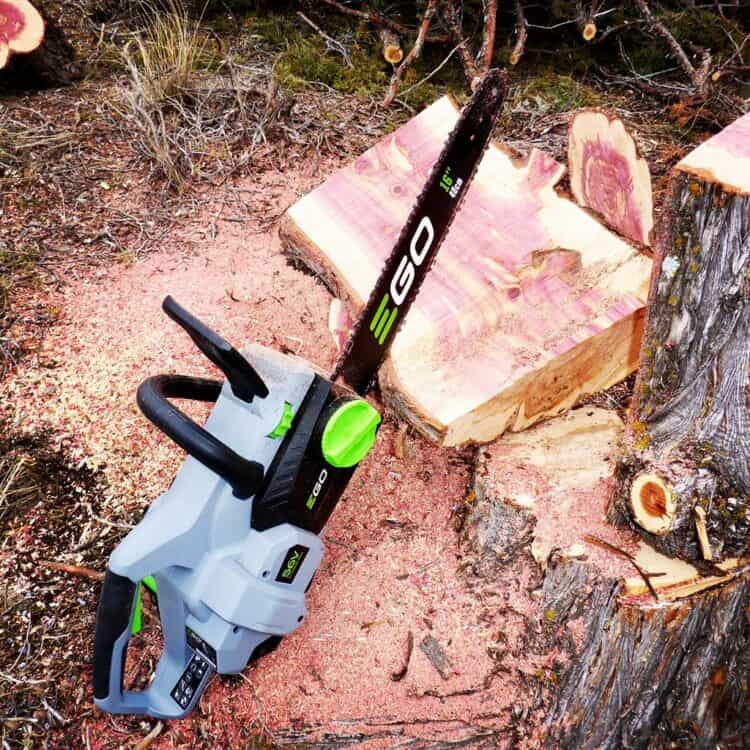 How to use an electric chainsaw